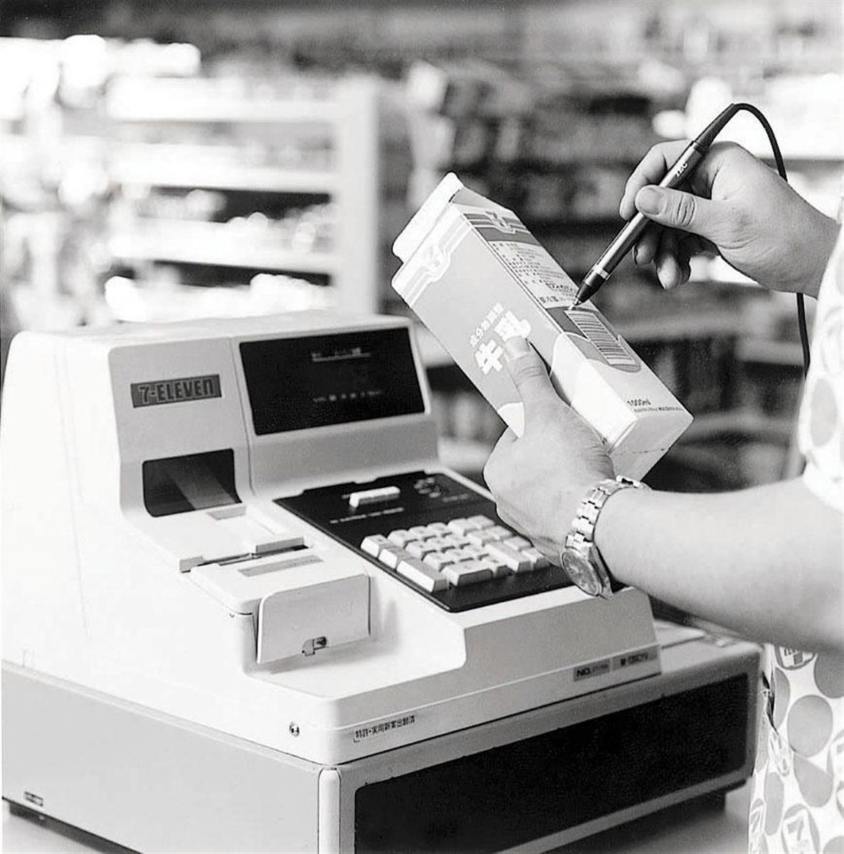 昭和57年秋、セブン-イレブンが店舗導入を開始したPOSシステム搭載のレジスター