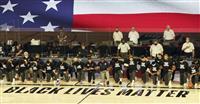 NBA試合前の国歌で選手が膝つき 人種差別への抗議