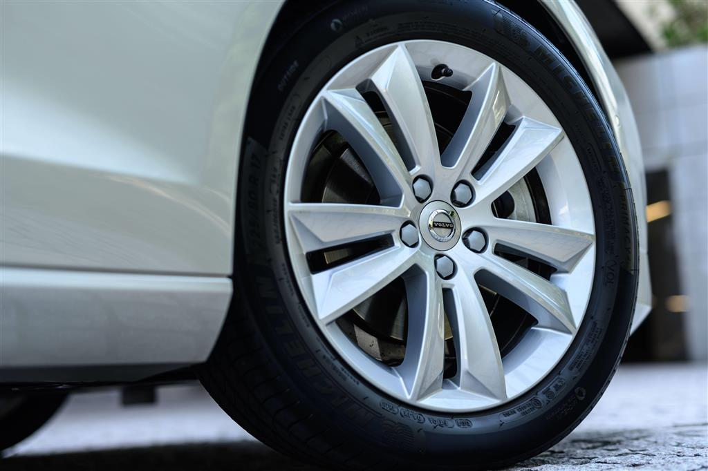 タイヤサイズは225/50R17。モメンタム以外のグレードは18インチ。