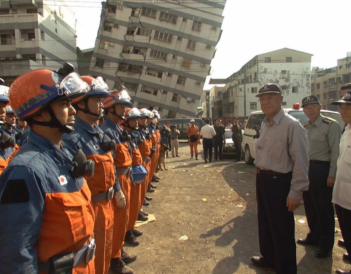 台湾大地震時、現地で活躍する日本隊(左)を激励する李登輝総統=1999年9月24日、台中県大里市