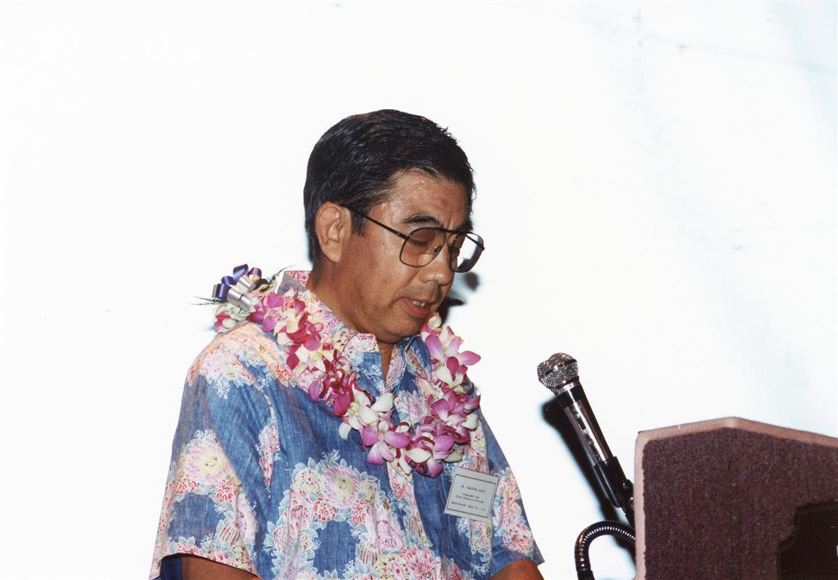 ハワイのセブン-イレブン譲渡を祝うパーティーであいさつする =1990年1月