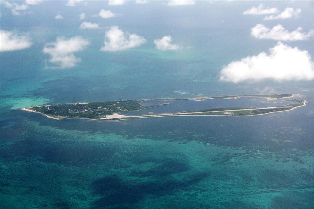台湾が実効支配する南シナ海・東沙諸島の東沙島=2010年9月、台湾軍機から撮影(共同)