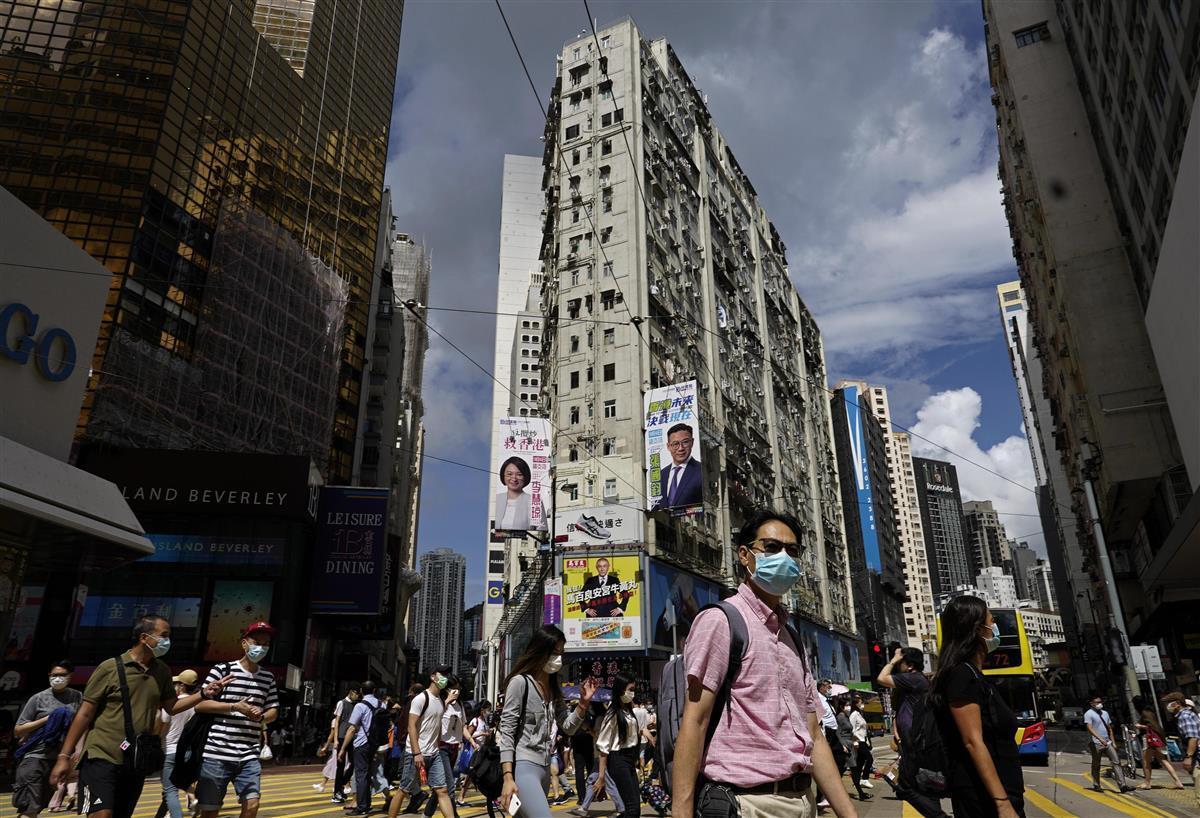 7月27日、香港中心部でマスク姿で歩く人々(AP)