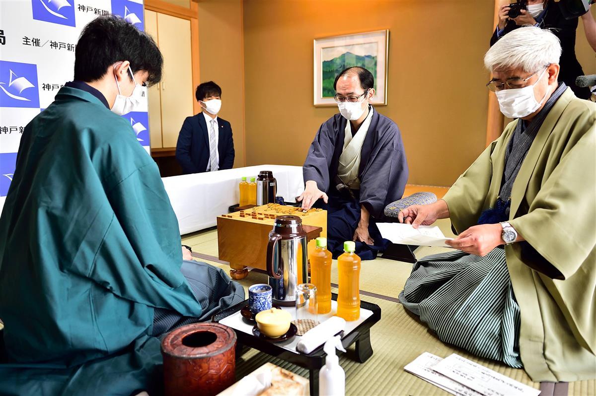 藤井棋聖、最年少二冠に王手 王位戦第3局に勝ち3連勝