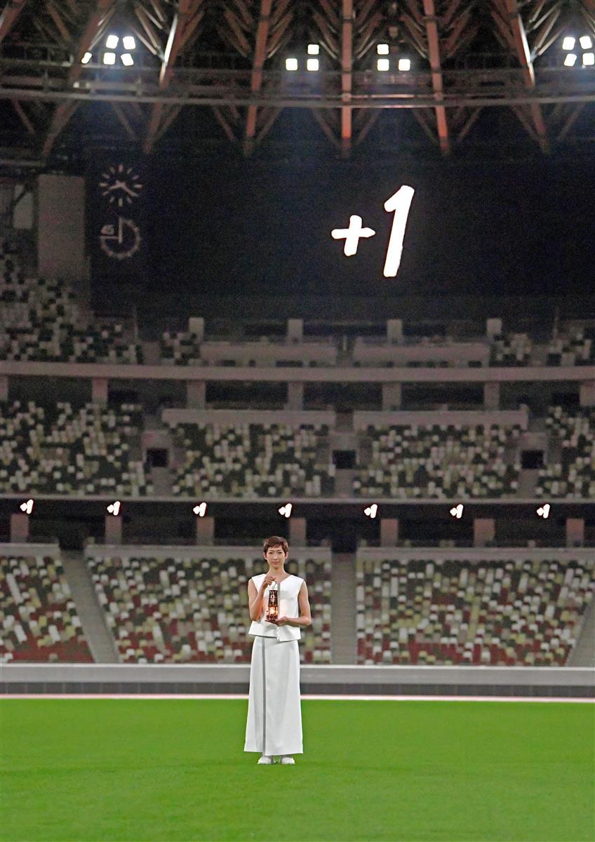 聖火の入ったランタンを掲げる池江璃花子選手=7月23日、東京都新宿区の国立競技場(代表撮影)