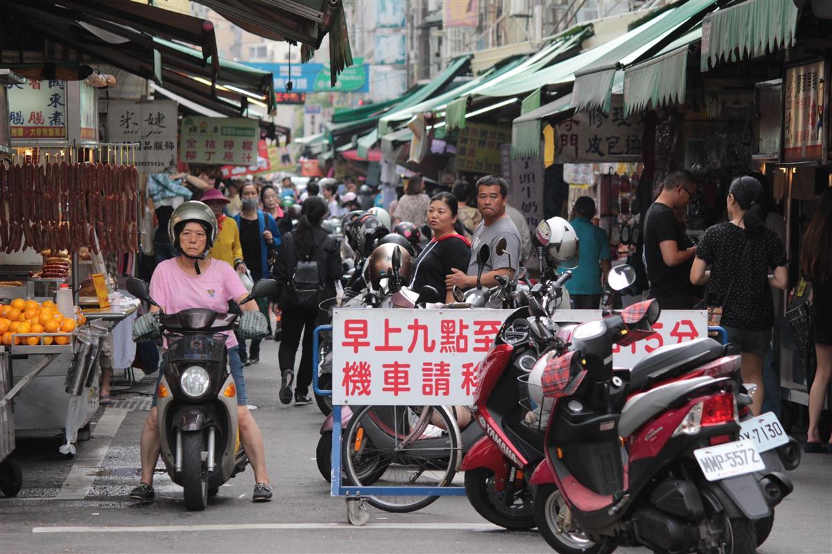 台湾・高雄の市場周辺=台湾(鈴木健児撮影)