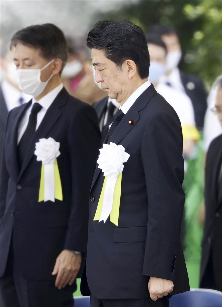 「長崎原爆犠牲者慰霊平和祈念式典」で、原爆投下時刻に合わせ黙とうする安倍首相=9日午前11時2分、長崎市の平和公園