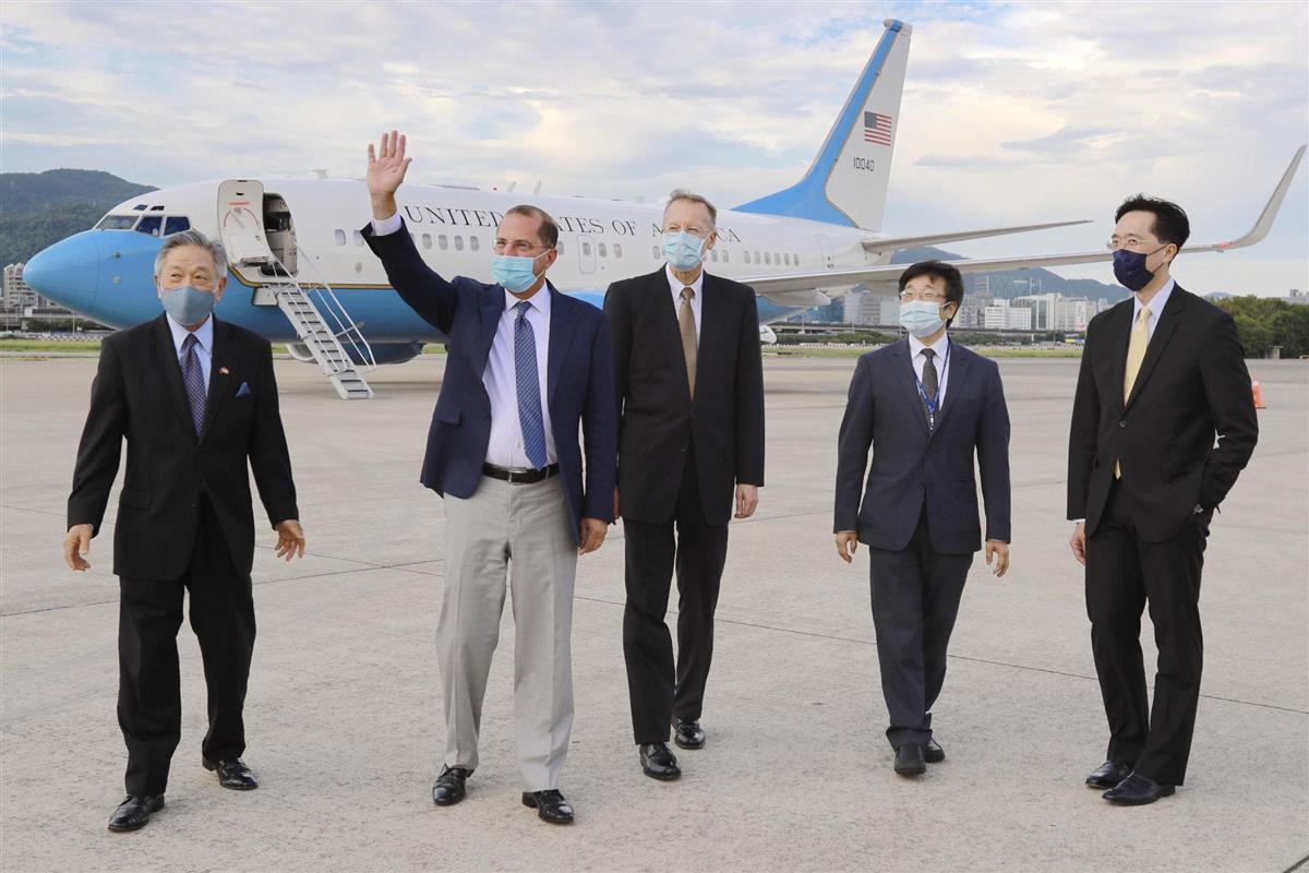 台湾・台北市の空港にチャーター機で到着し、手を振るアザー米厚生長官(左から2人目)=9日(台湾外交部提供・共同)