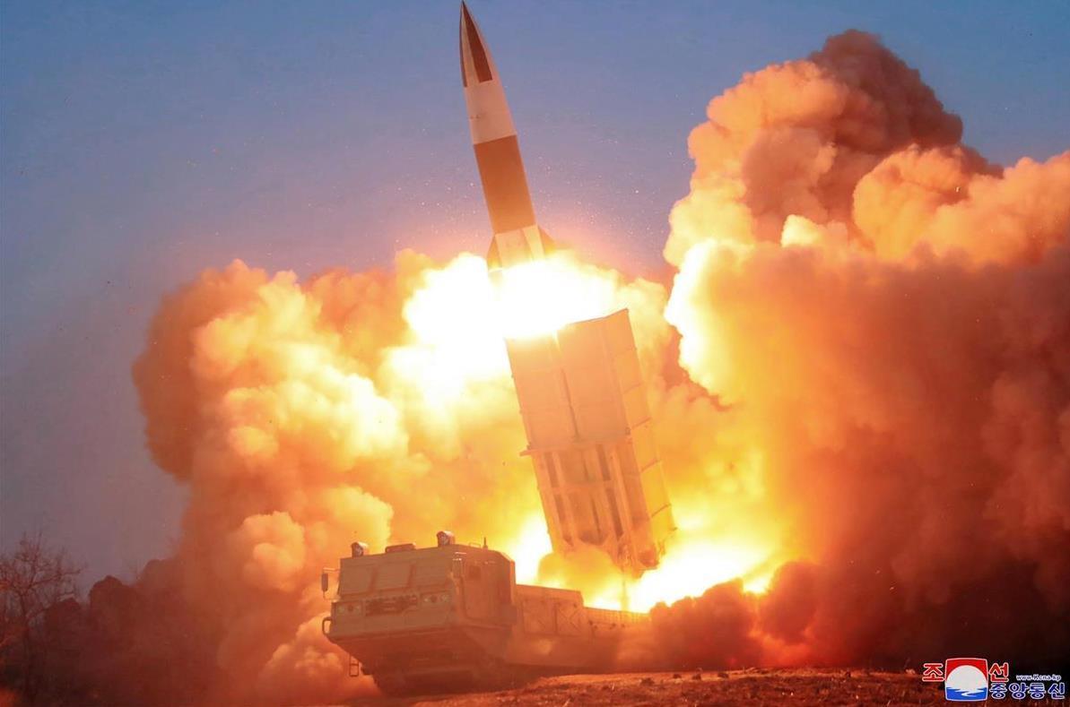 3月に行われた戦術誘導兵器の模範射撃。金正恩朝鮮労働党委員長が視察した(朝鮮中央通信=朝鮮通信)