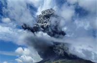スマトラ島北部で火山噴火、噴煙5000メートルへ インドネシア