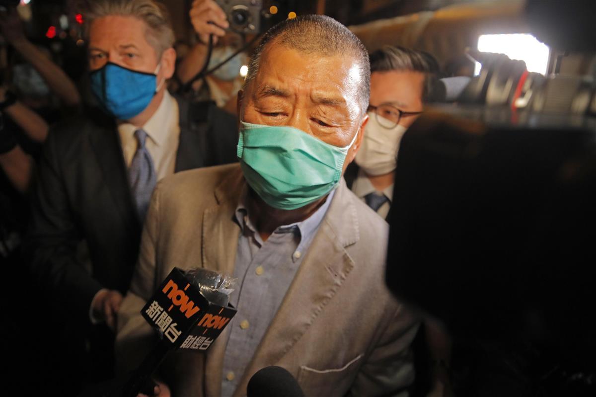 保釈され警察署を出る黎智英氏=12日、香港(AP=共同)