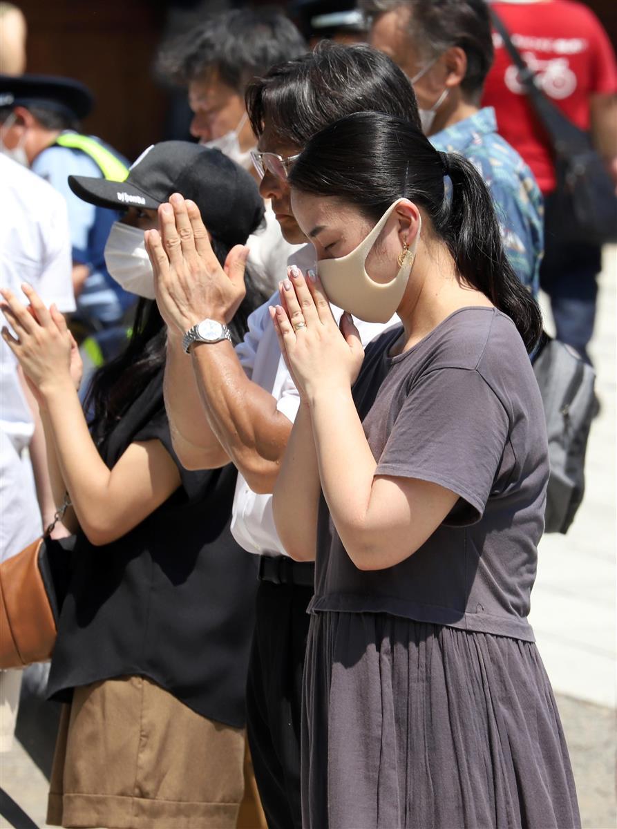 75回目の「終戦の日」を迎え、靖国神社には多くの参拝者が訪れた=15日午前、東京都千代田区(川口良介撮影)