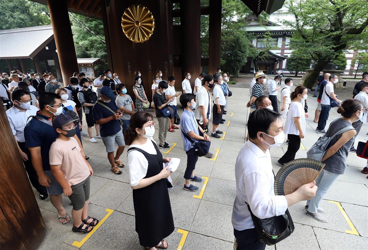 75回目の「終戦の日」を迎え、靖国神社には多くの参拝者が訪れた。足元には、人との距離を保ち並ぶようテープが貼られている=15日午前、東京都千代田区(川口良介撮影)