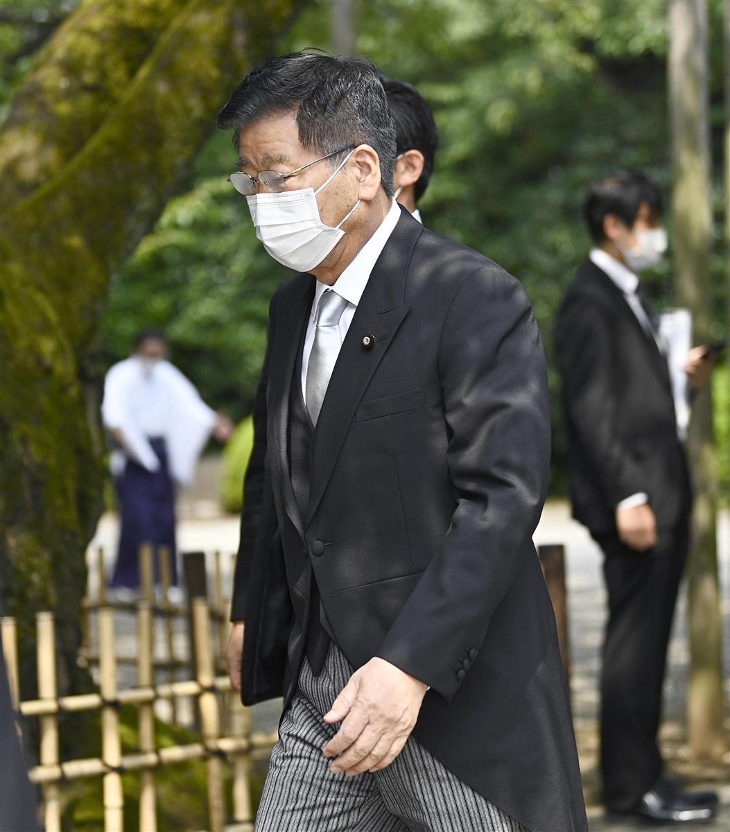 靖国神社へ参拝に訪れた衛藤沖縄北方相=15日午前、東京・九段北