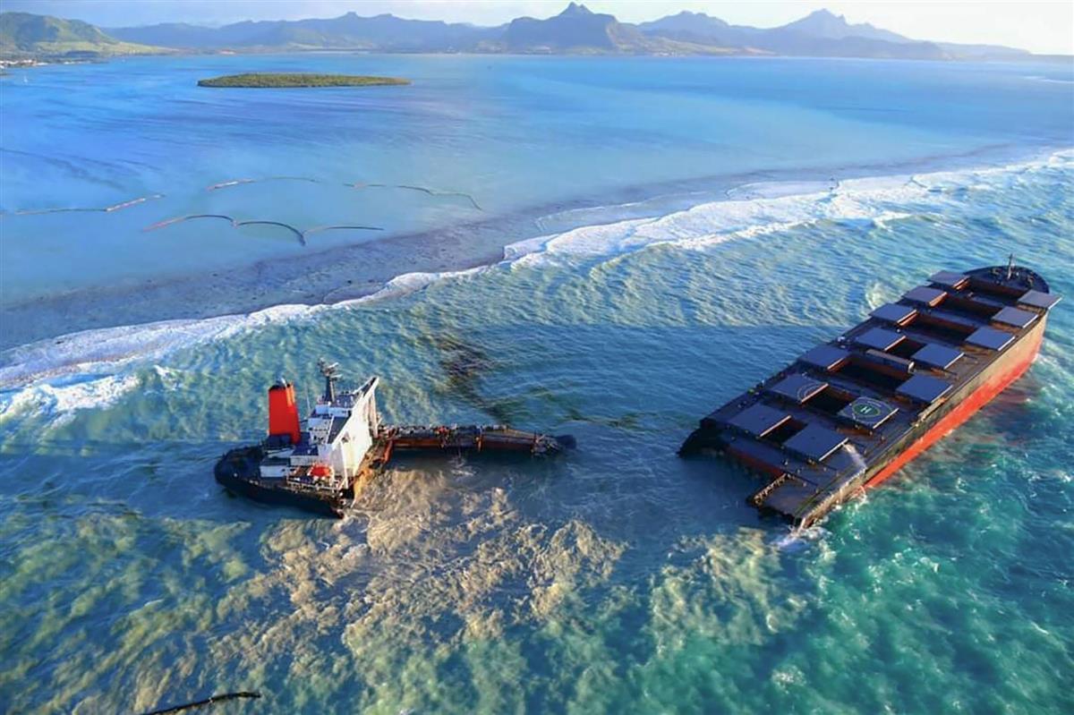 16日、モーリシャス沖で座礁し、二つに割れた日本の貨物船(lexpress.mu提供・共同)