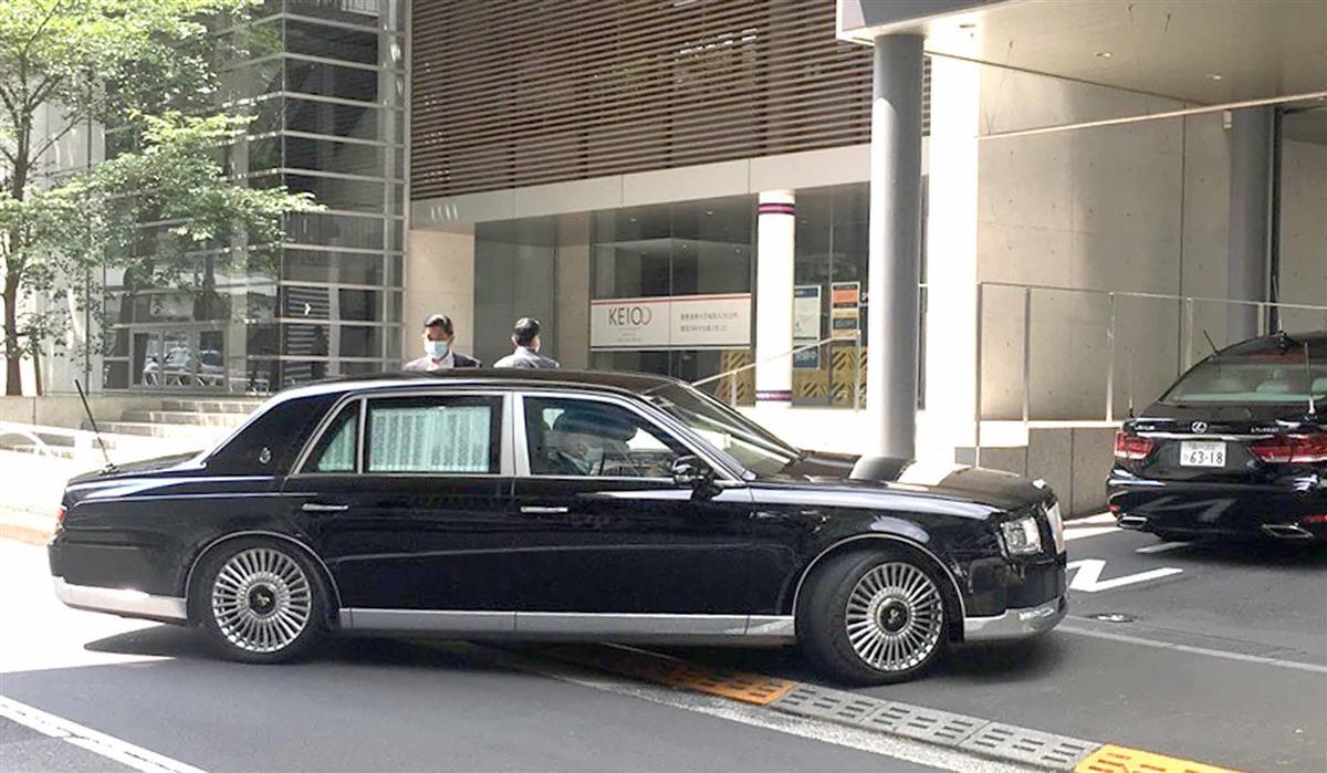 受診のため東京・信濃町の慶応大病院に入る安倍晋三首相が乗ったとみられる車=17日午前、東京都新宿区の慶応大病院(児玉佳子撮影)