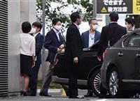 安倍首相が慶応大病院出る