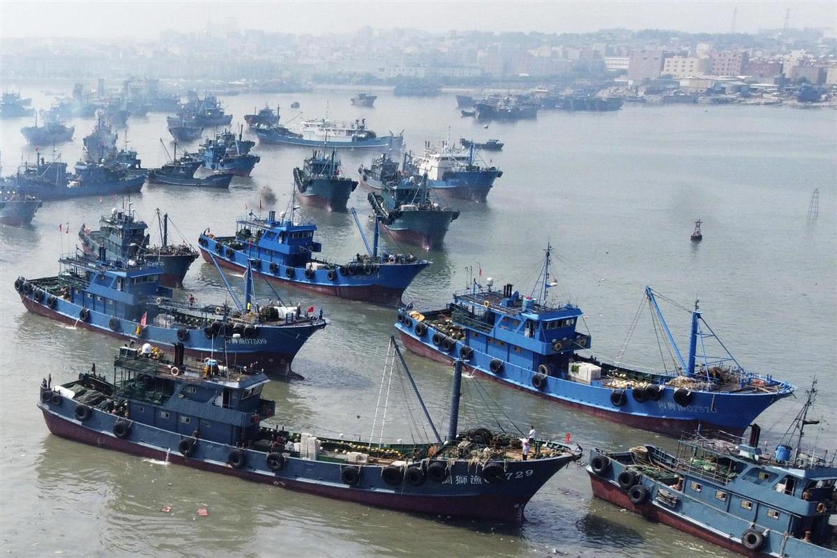 祥芝中心漁港を出港する中国漁船=15日、中国福建省石獅市(共同)
