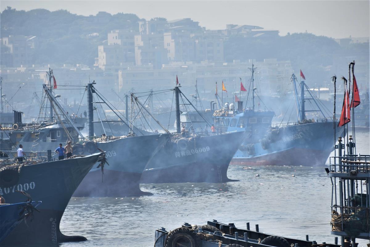 16日、中国福建省石獅の祥芝港で、出漁を祝う爆竹を鳴らしながら港を出る漁船。東シナ海の漁解禁を受けて、一部は尖閣諸島沖に向かう可能性もある(西見由章撮影)