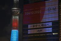 3色の光、アスリート応援 パラ1年前でライトアップ