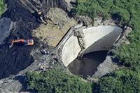 転落した重機、タンク内で発見 作業員の捜索急ぐ