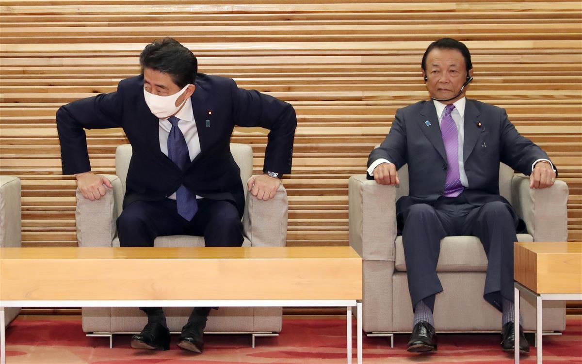 閣議に臨む安倍晋三首相と麻生太郎副総理兼財務相(右)=28日午前、首相官邸(春名中撮影)