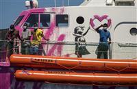 バンクシー難民救助を支援 船購入、当局無視と批判