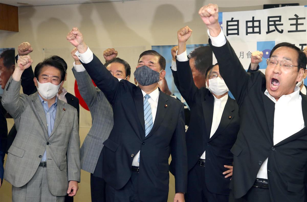 自民党総裁選が告示され、出陣式で気勢を上げる石破茂元幹事長(左から2人目)=8日午前、東京都千代田区の自民党本部(飯田英男撮影)