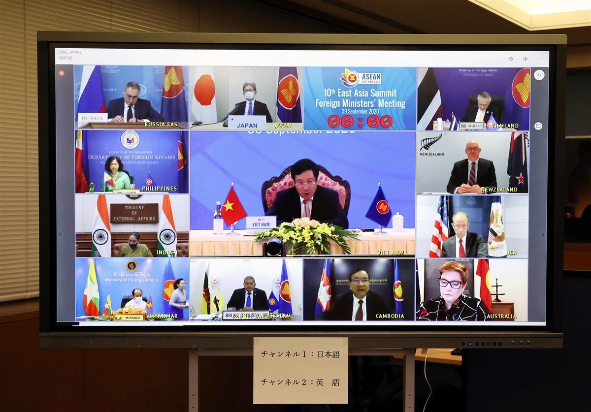オンラインで行われた東アジア首脳会議(EAS)参加国外相会議に臨む森健良外務審議官(上段左から2人目)=9日午後9時13分、東京都千代田区の外務省(代表撮影)