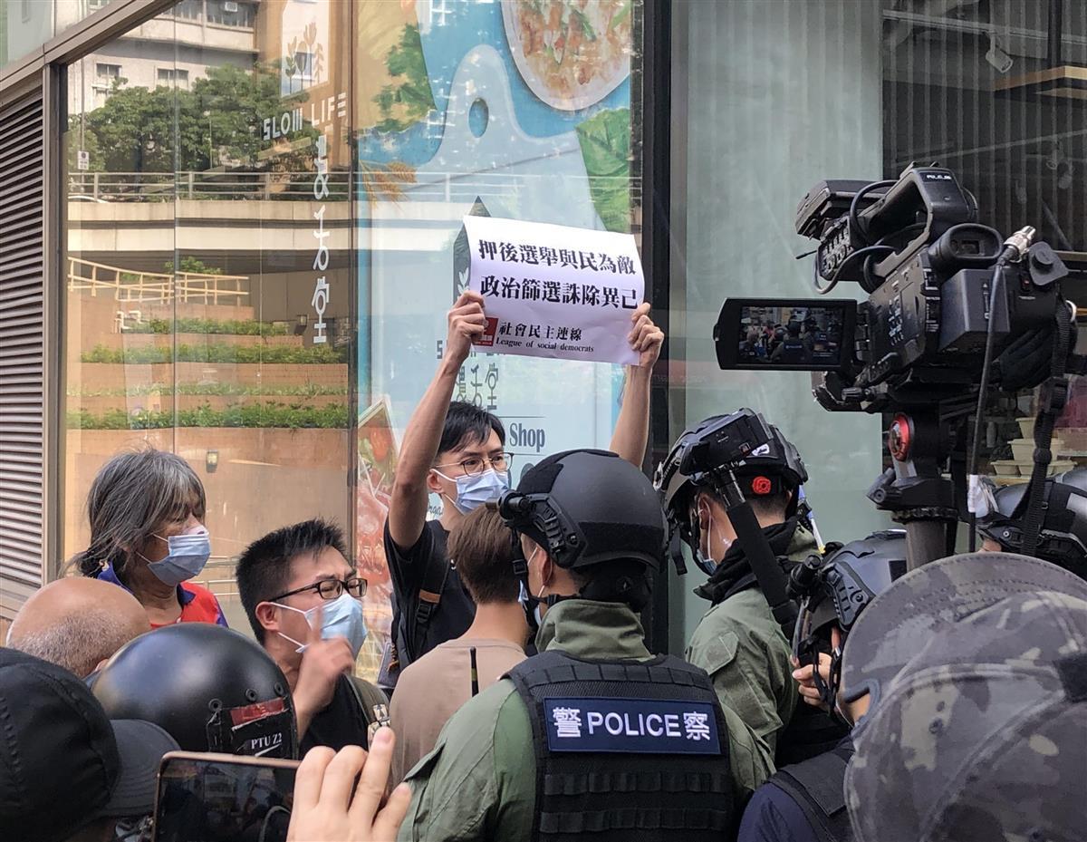 香港の九竜地区で、立法会選の早期実施を要求する民主活動家ら(藤本欣也撮影)