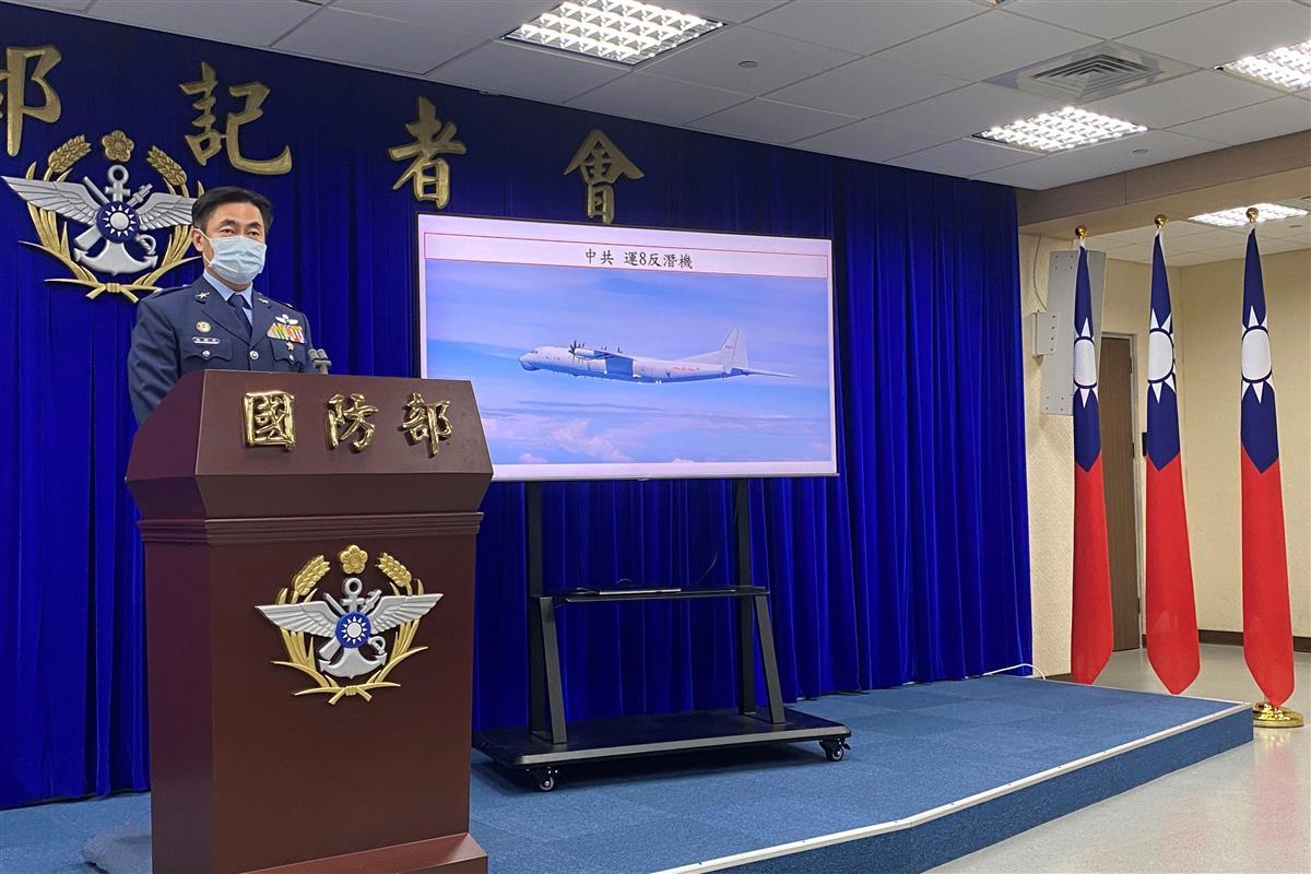 台湾国防部(国防省)は記者会見を開き、中国軍の多数の軍用機が9月9、10両日に台湾南西の防空識別圏に進入したと発表した=10日、台北(ロイター)