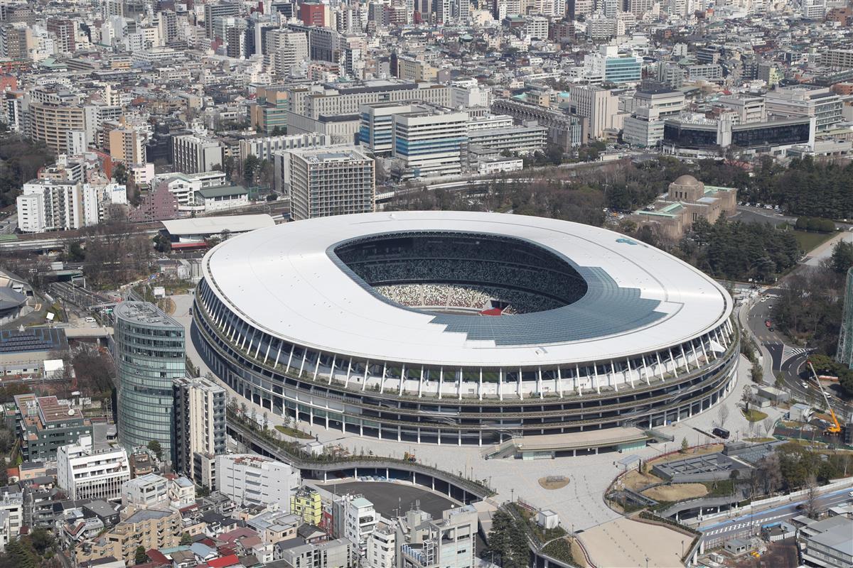 東京五輪・パラリンピックの新型コロナウイルス対策の政府案が判明した=東京都新宿区、五輪会場の新国立競技場(本社ヘリから、彦野公太朗撮影)
