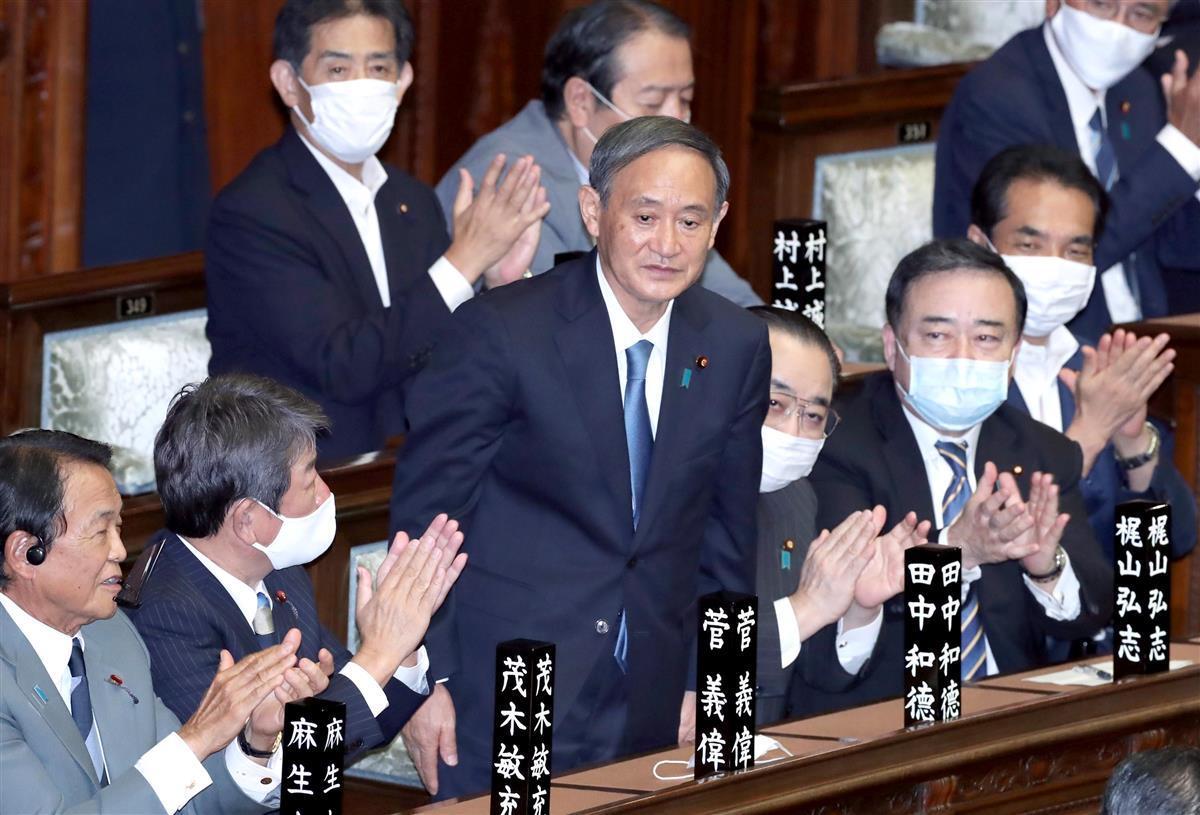 第99代首相に選出され議場に一礼する自民党の菅義偉総裁=16日午後、国会・衆院本会議場(春名中撮影)