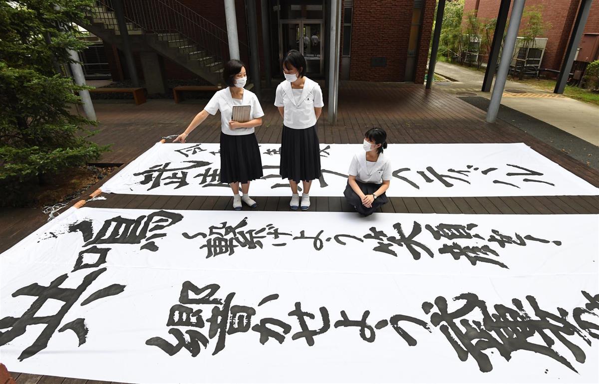 文化祭の準備をする生徒ら。コロナ下での「新しい文化祭」を一から作り上げた=兵庫県西宮市の武庫川女子大付属中学・高校(安元雄太撮影)