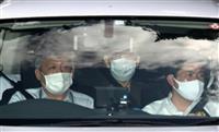 ジャパンライフ元会長、サングラスにマスク、無言のまま捜査車両へ