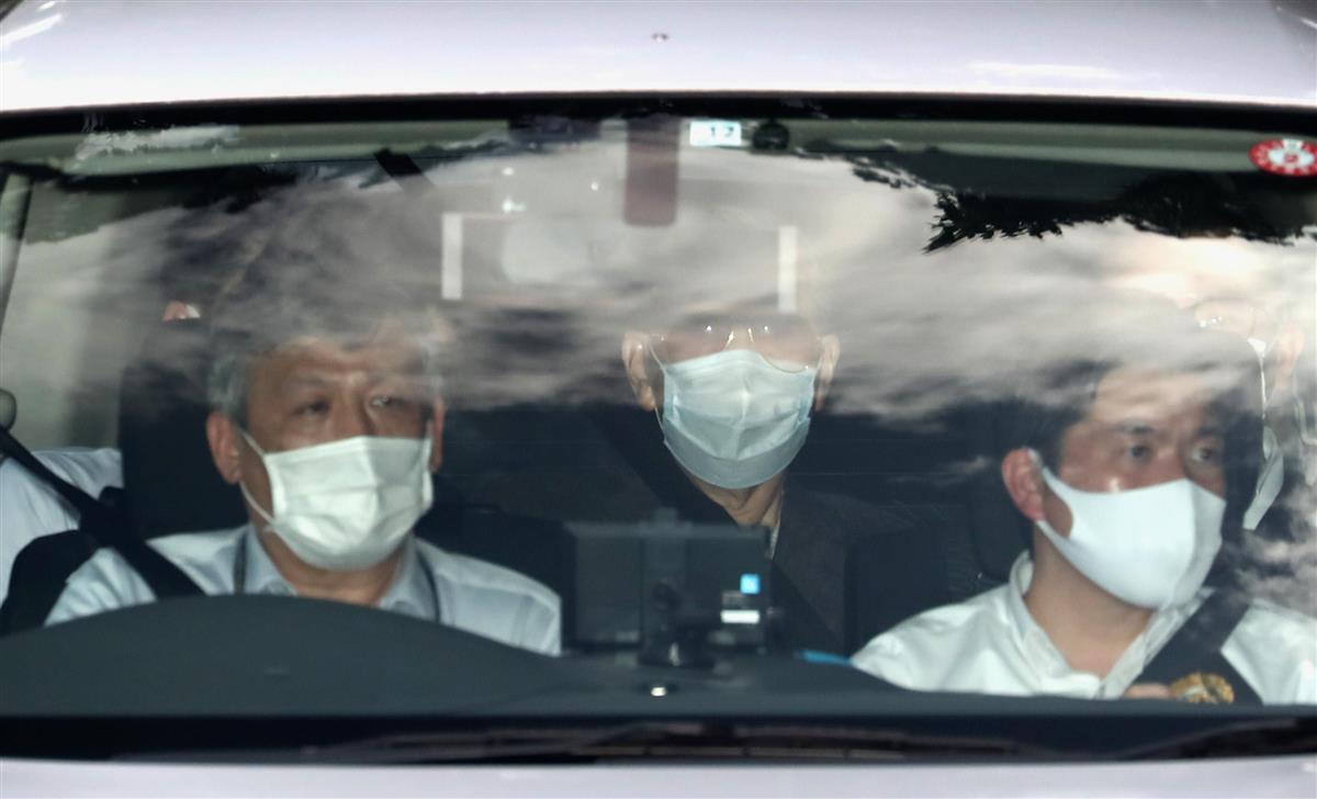 ジャパンライフ元会長、サングラスにマスク、無言のまま捜査車両…