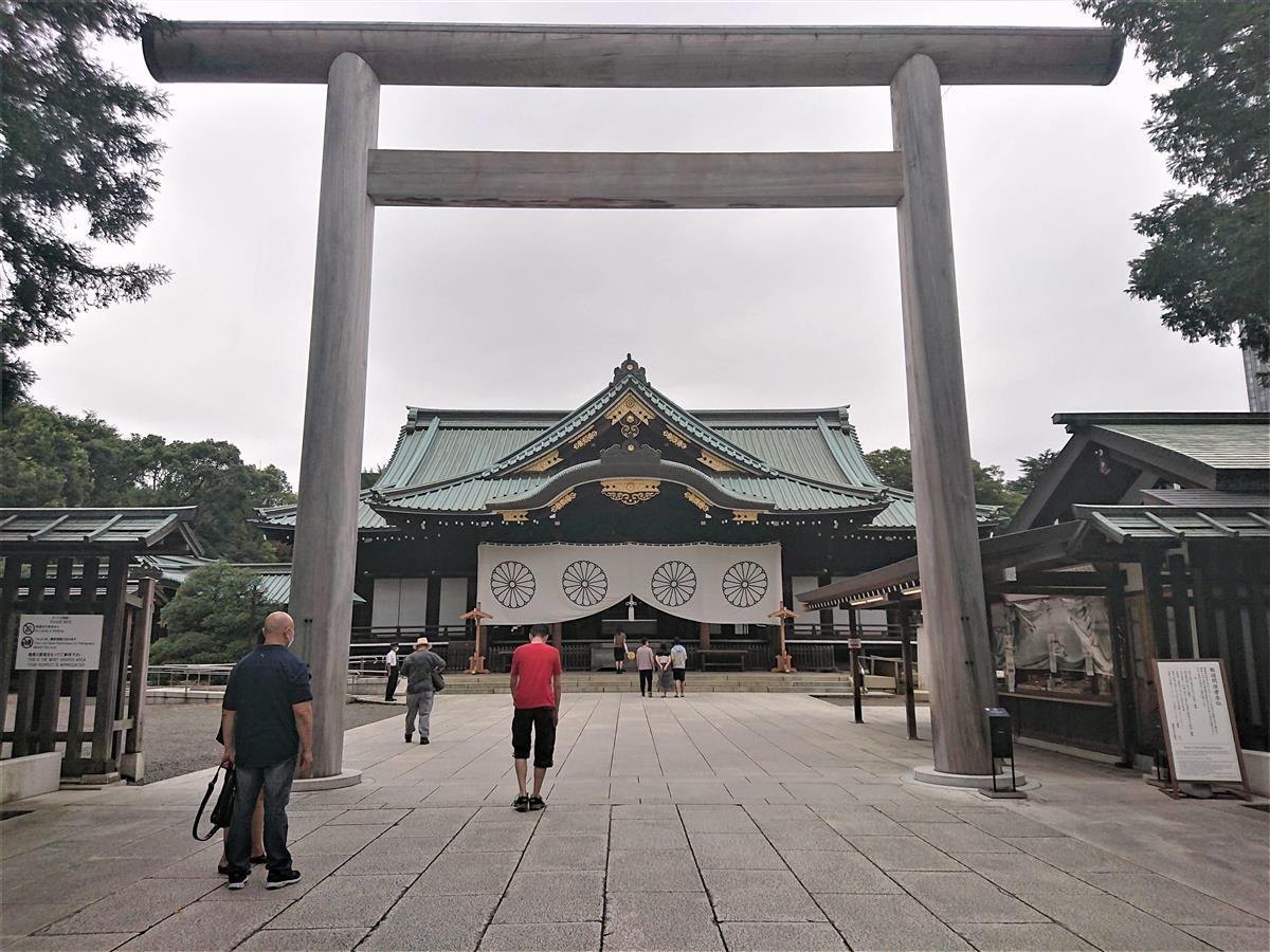 安倍晋三前首相が首相退任後初めて参拝した靖国神社=19日午前、東京・九段北