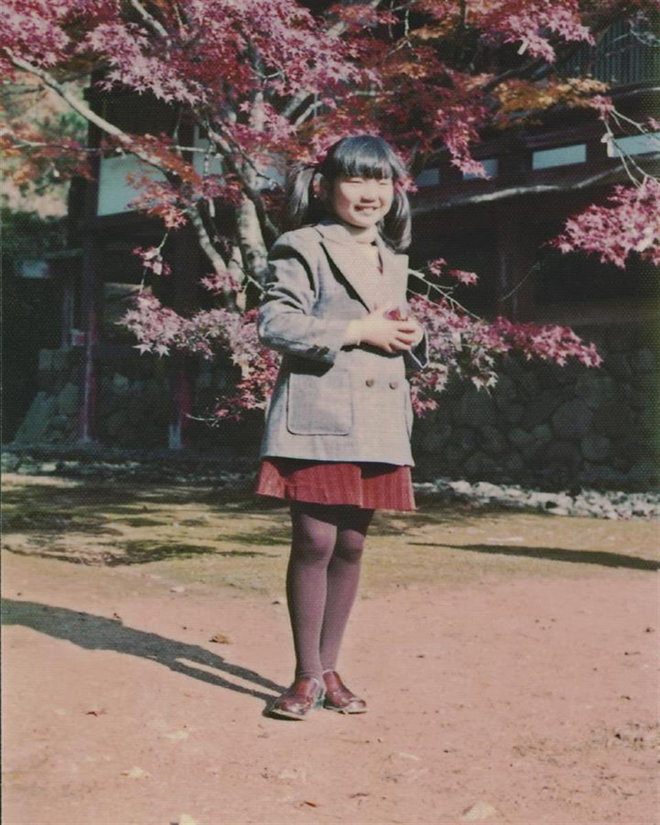母の横田早紀江さんの生まれ故郷、京都を旅行し笑顔で記念撮影する小学5年生のめぐみさん=昭和50年11月