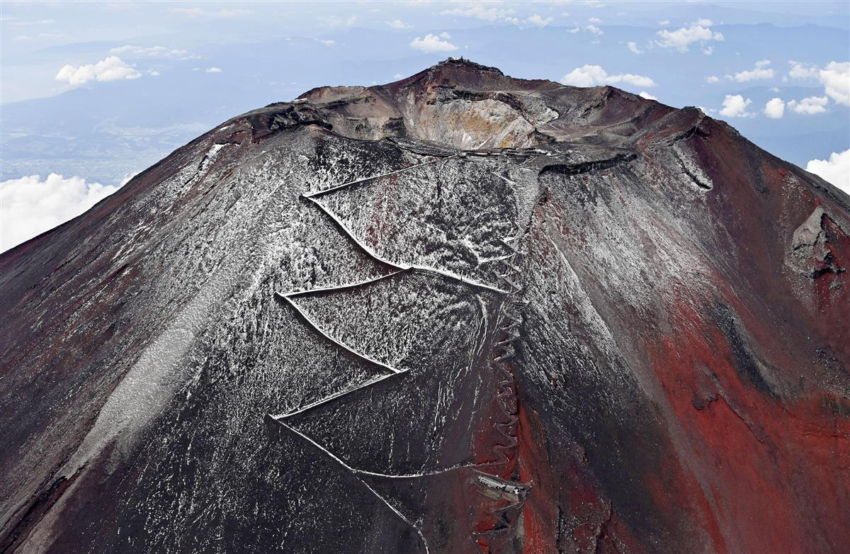 富士山に「初雪化粧」 麓の富士吉田市が宣言