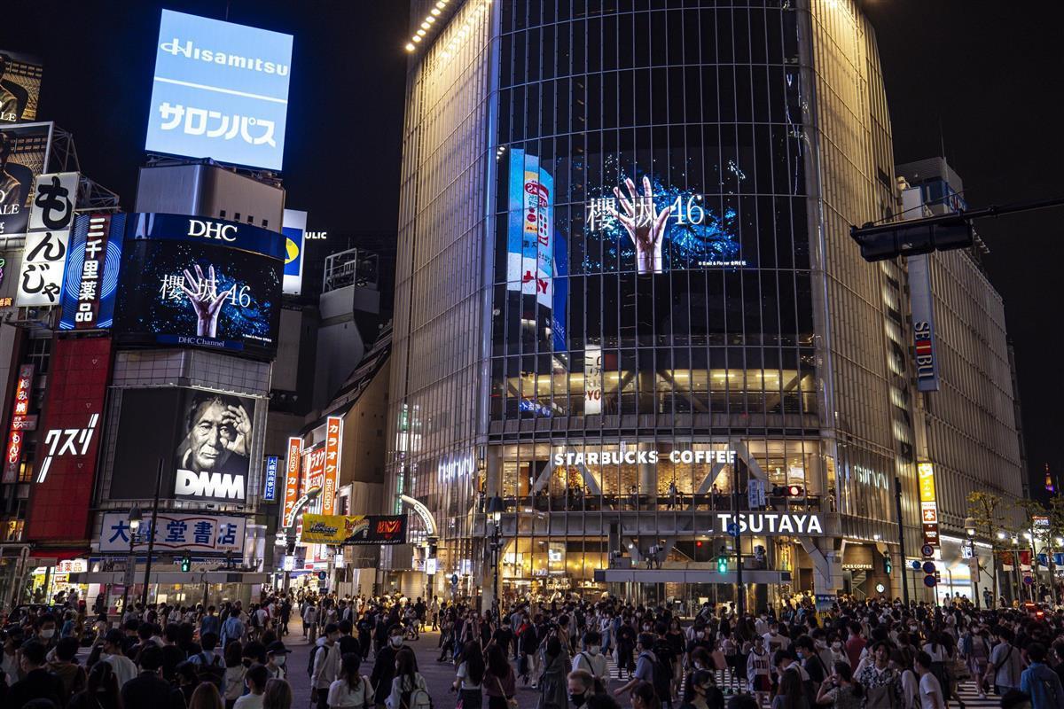 欅坂46から「櫻坂46」への改名を伝える、東京・渋谷の街頭ビジョン(ソニーミュージック提供)