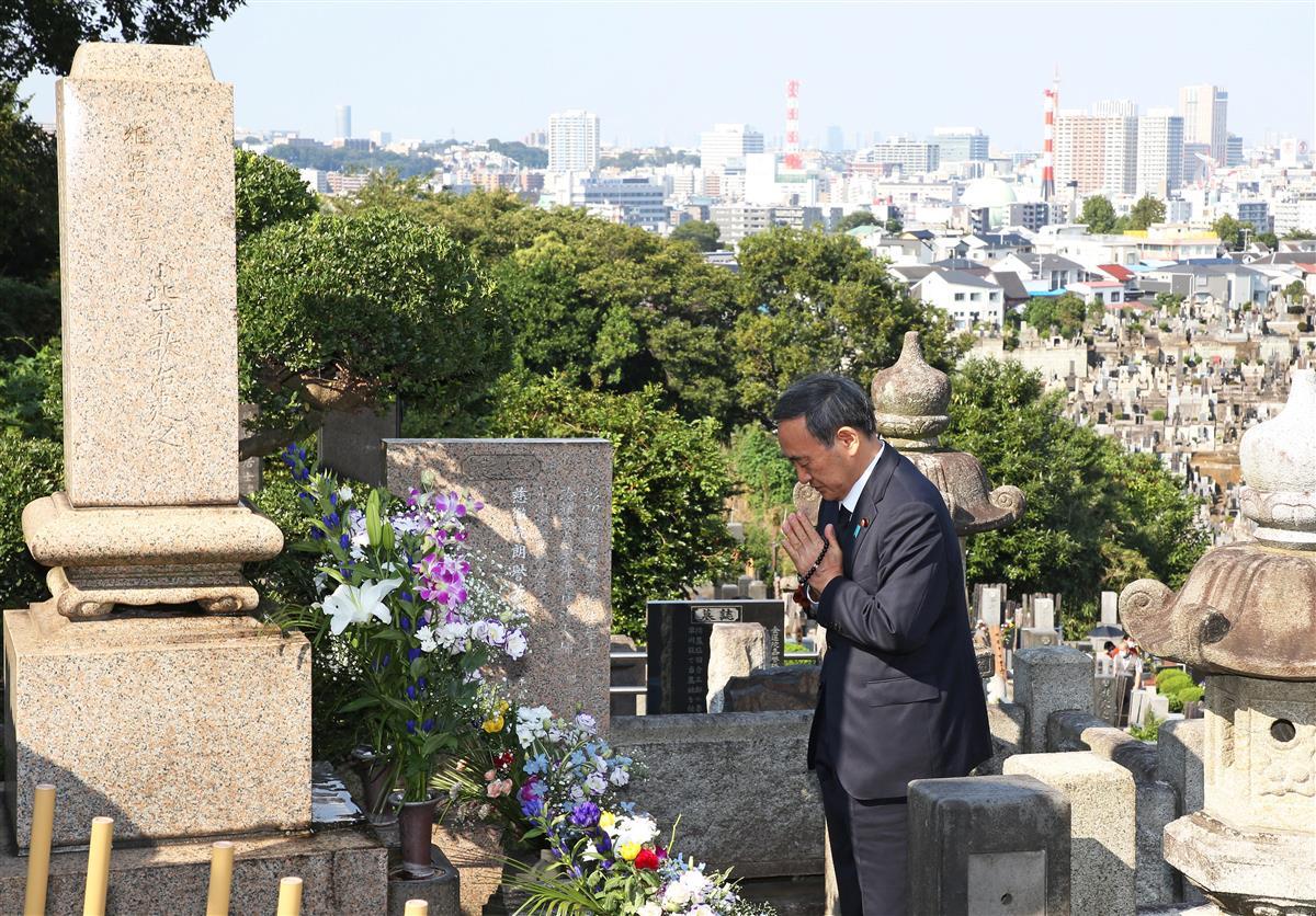 首相、小此木元通産相の墓参り「働く内閣として期待に応える」
