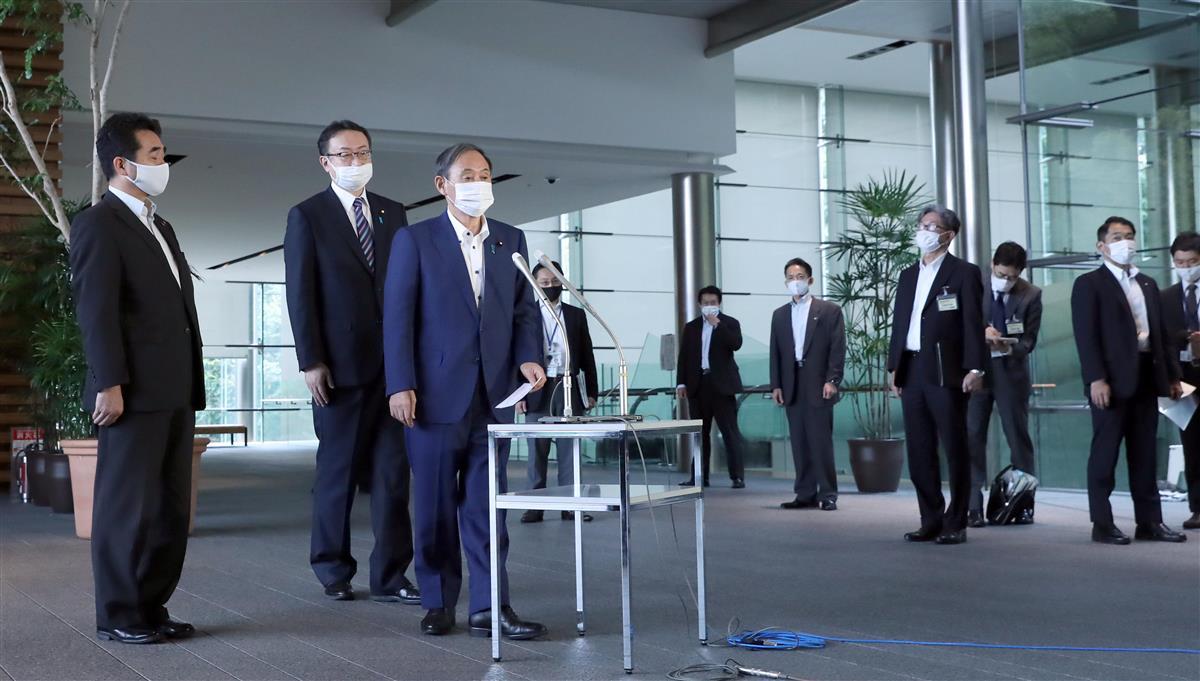 韓国の文在寅大統領との電話会談を終え記者団の質問に答える菅義偉首相=24日午前、首相官邸(春名中撮影)
