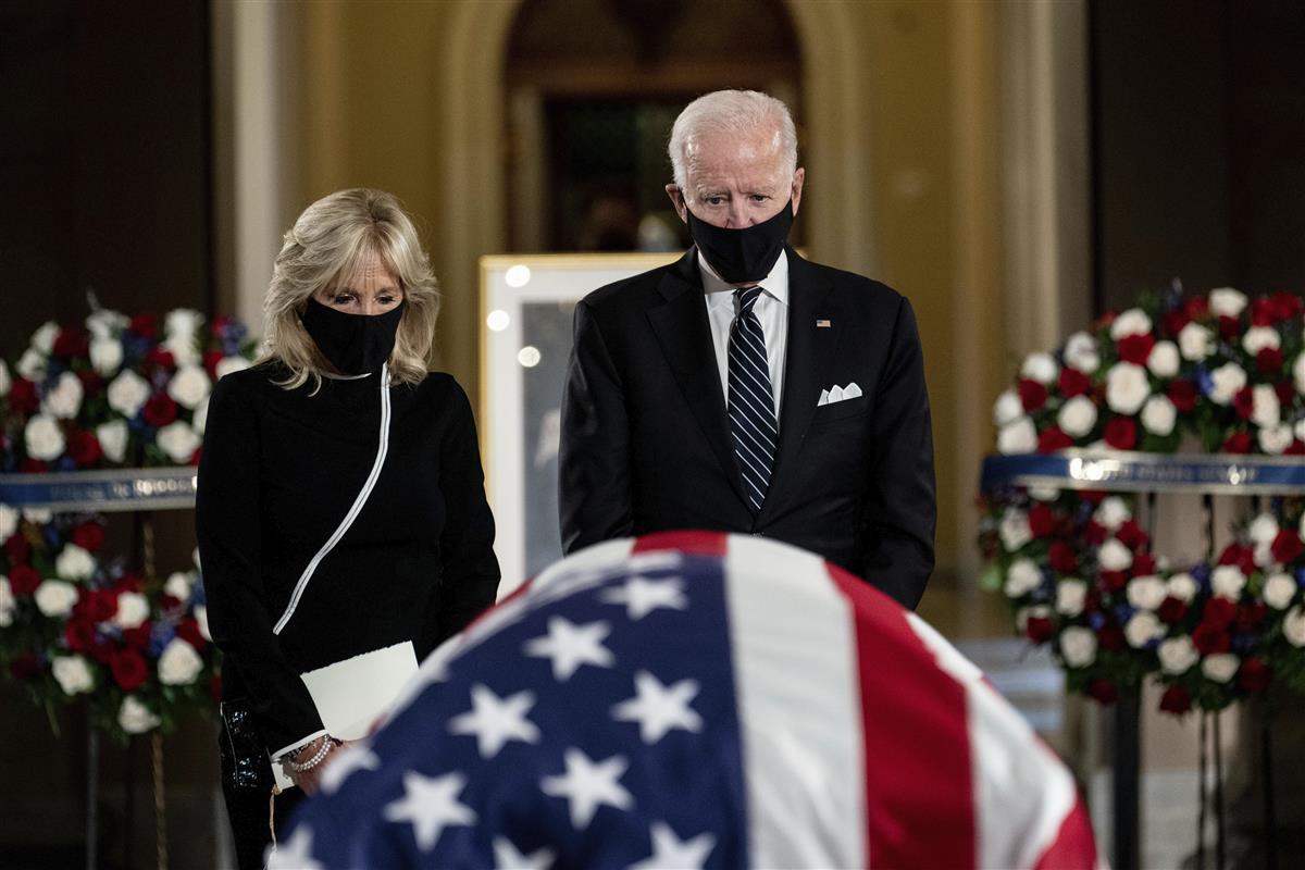 米最高裁判事ギンズバーグ氏、連邦議会議事堂で追悼式 公職者の女性で初