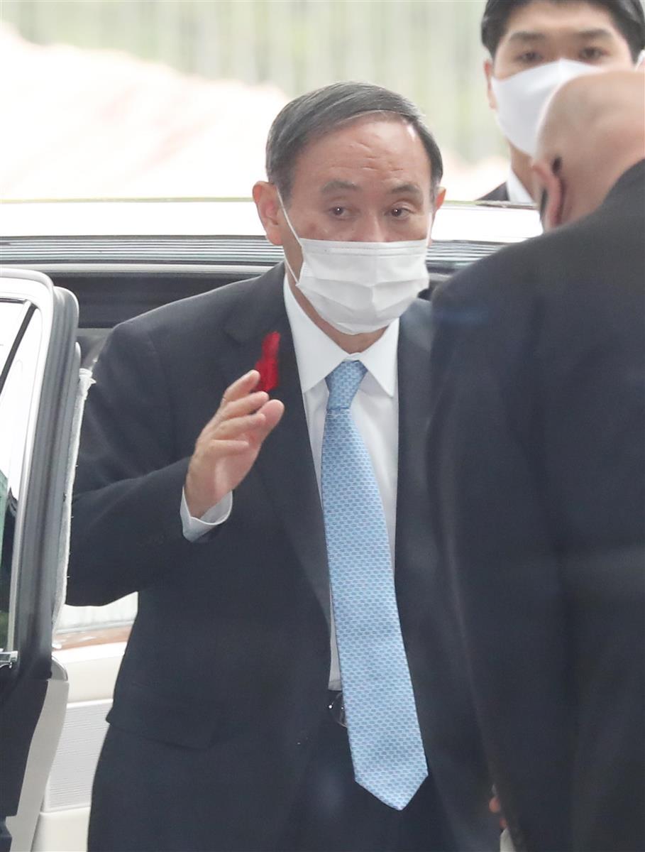 出邸する菅義偉首相=5日午前、首相官邸(春名中撮影)
