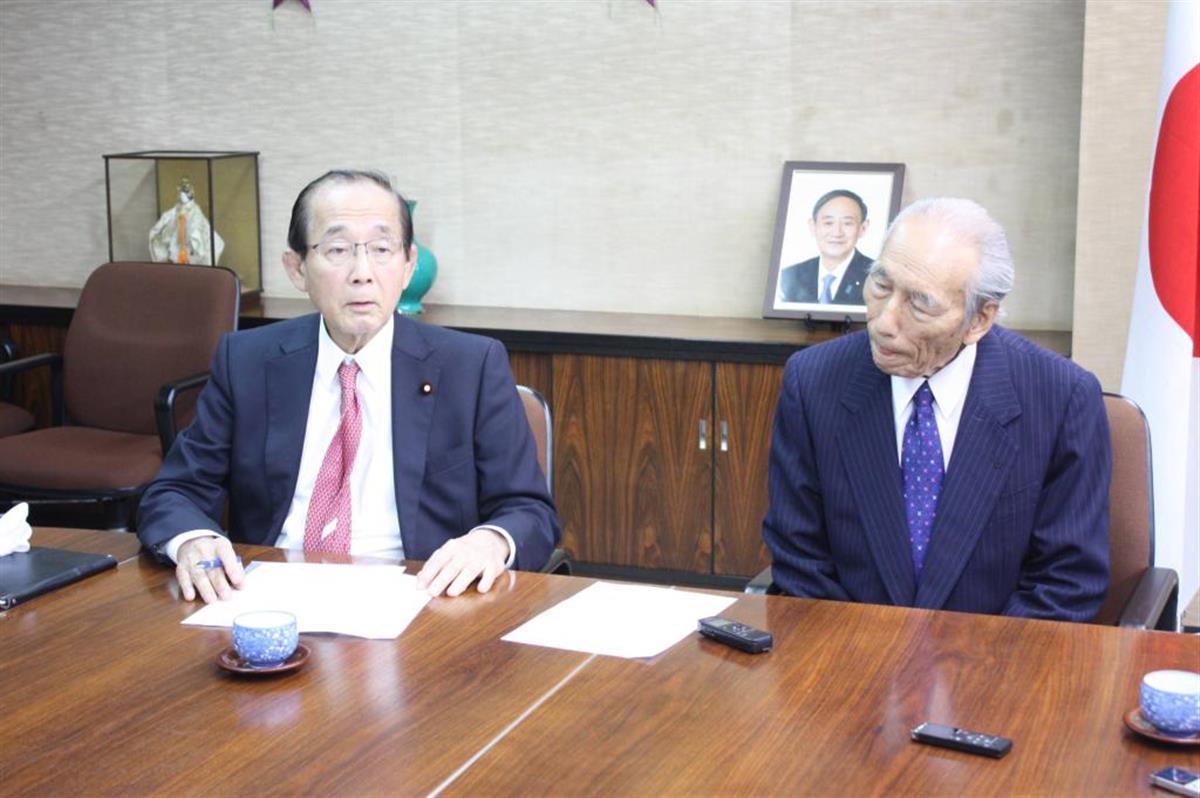 陳情書を提出後、取材に応じる原田義昭元環境相(左)と伊藤善佐後援会長代行