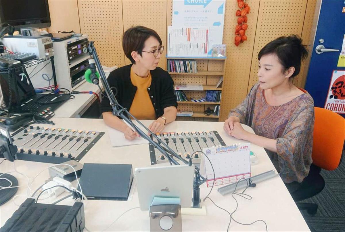 鹿児島シティエフエムのスタジオで「引きこもり脱出ラジオ」の打ち合わせをする、番組パーソナリティーの山之内美子さん(左)ら=2日(同社提供)