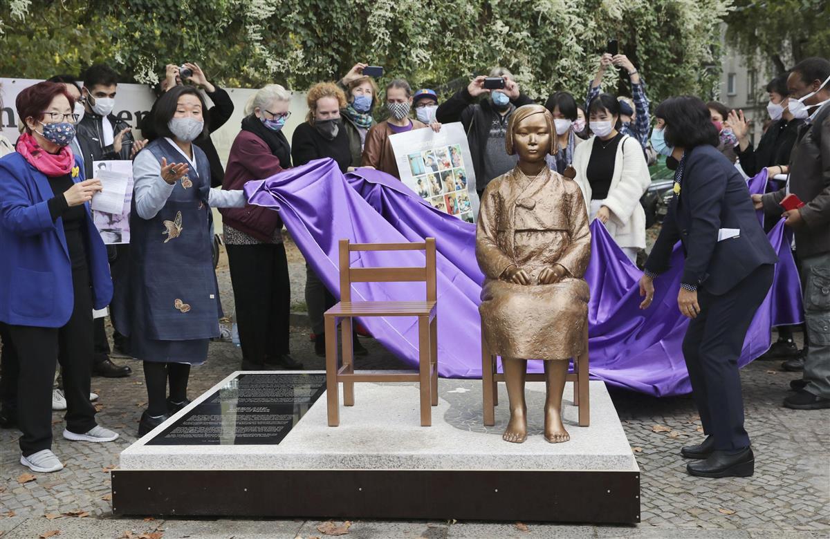 9月28日、ドイツ・ベルリンで除幕された元従軍慰安婦の被害を象徴する少女像(共同)