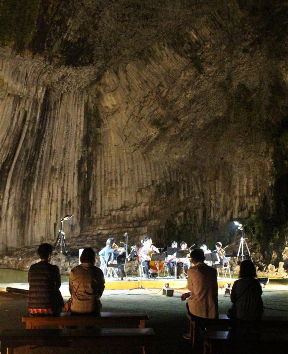 青龍洞、光と音で幻想的に 玄武洞でイベント始まる 豊岡