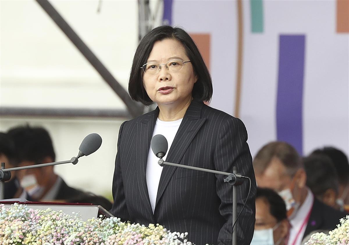 建国記念日に当たる「双十節」の式典で演説する台湾の蔡英文総統=10日、台北市の総統府前(AP)