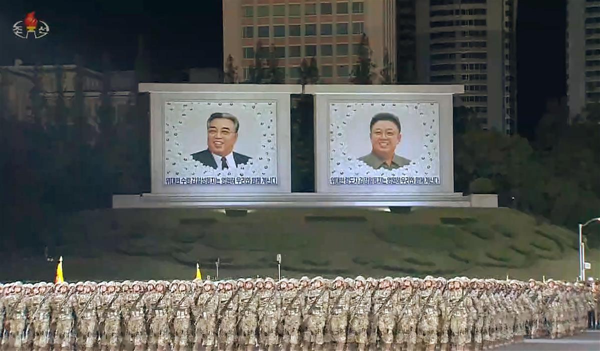 北朝鮮の朝鮮労働党創建75年を記念して平壌で行われた軍事パレード。朝鮮中央テレビが10日放映した(共同)